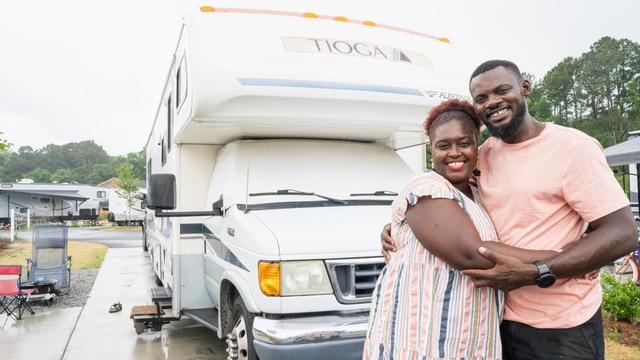 Bán nhà để ở trên xe di động, cặp vợ chồng có cuộc sống trải nghiệm ai cũng mơ ước, còn mang về thu nhập 1,8 tỷ/năm - Ảnh 1.