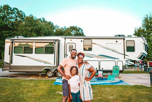 Bán nhà để ở trên xe di động, cặp vợ chồng có cuộc sống trải nghiệm ai cũng mơ ước, còn mang về thu nhập 1,8 tỷ/năm - Ảnh 2.