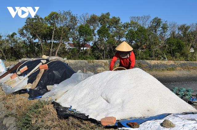 Giá muối xuống thấp, người dân Bình Định gặp khó - Ảnh 3.