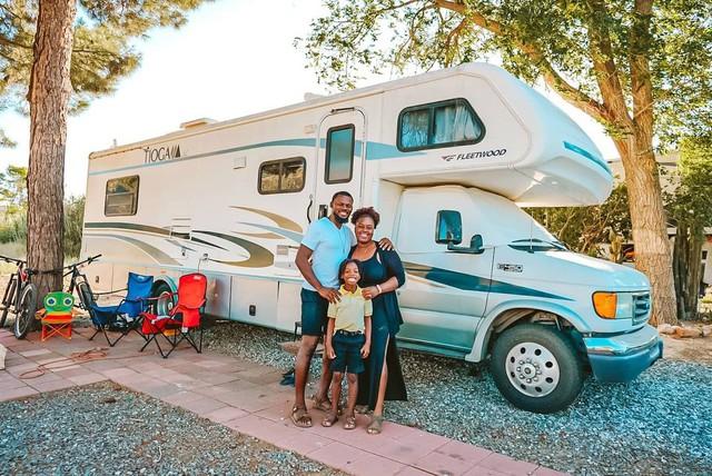 Bán nhà để ở trên xe di động, cặp vợ chồng có cuộc sống trải nghiệm ai cũng mơ ước, còn mang về thu nhập 1,8 tỷ/năm - Ảnh 3.