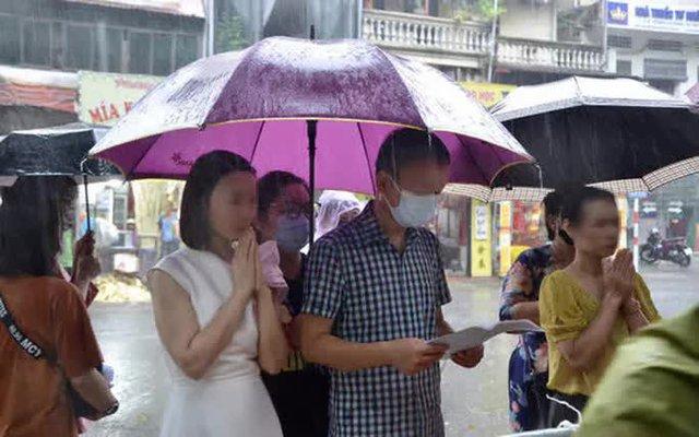 Cận cảnh các sĩ tử đội mưa to vái vọng ở Văn Miếu trước kỳ thi THPT - Ảnh 1.