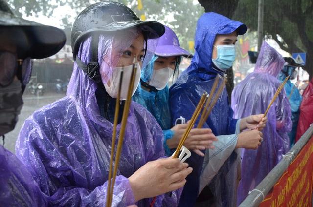 Cận cảnh các sĩ tử đội mưa to vái vọng ở Văn Miếu trước kỳ thi THPT - Ảnh 2.
