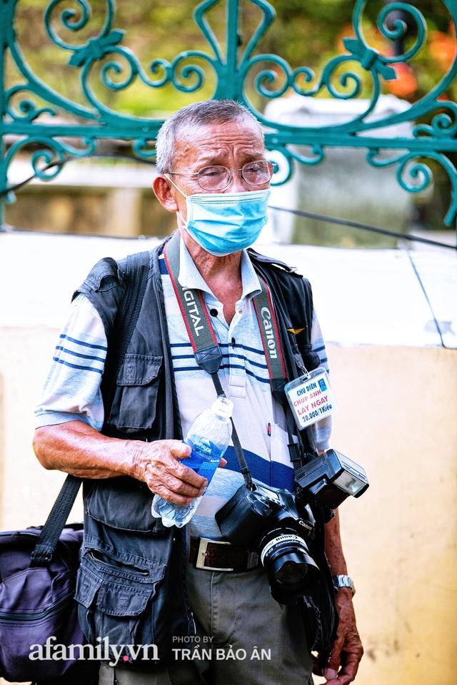 Ông thợ chụp hơn 30 năm đứng chờ ở Bưu điện TP lao đao vì Sài Gòn vào dịch, chạnh lòng 20 nghìn một bức ảnh kỳ công cũng không bằng cái nút trên điện thoại - Ảnh 2.