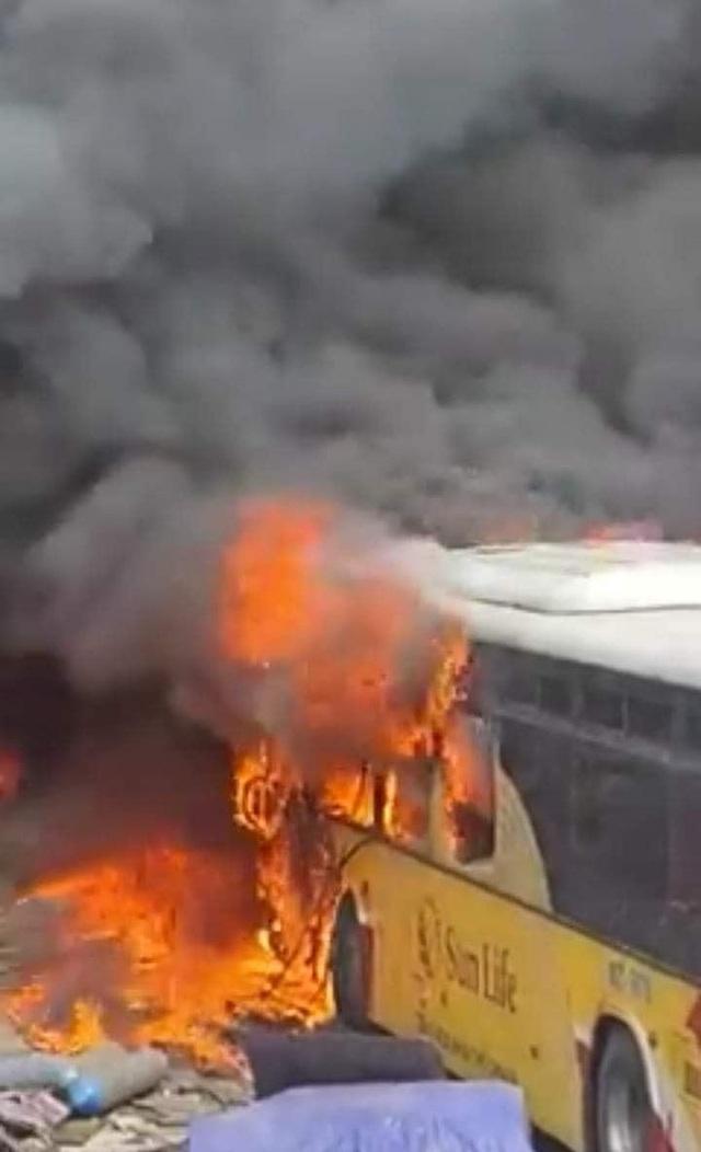 Hàng loạt xe khách bị thiêu rụi ở Bắc Giang - Ảnh 1.