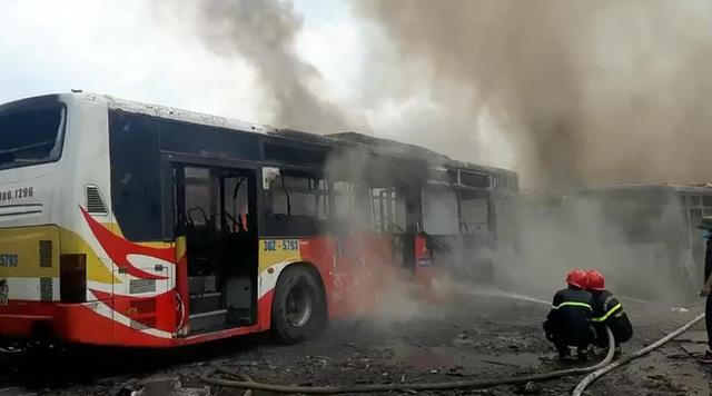 Hàng loạt xe khách bị thiêu rụi ở Bắc Giang - Ảnh 2.