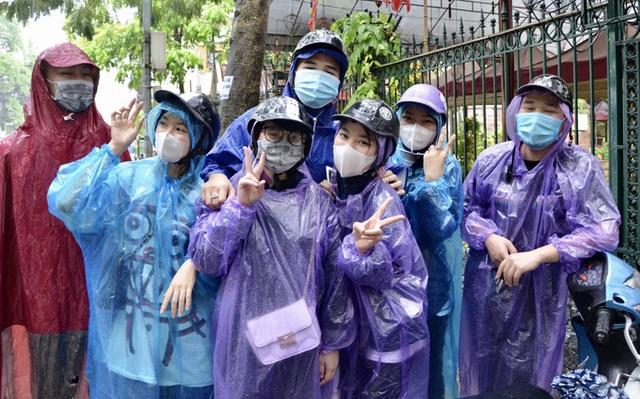 Cận cảnh các sĩ tử đội mưa to vái vọng ở Văn Miếu trước kỳ thi THPT - Ảnh 11.