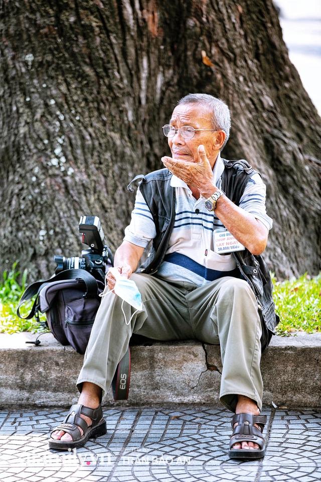 Ông thợ chụp hơn 30 năm đứng chờ ở Bưu điện TP lao đao vì Sài Gòn vào dịch, chạnh lòng 20 nghìn một bức ảnh kỳ công cũng không bằng cái nút trên điện thoại - Ảnh 13.