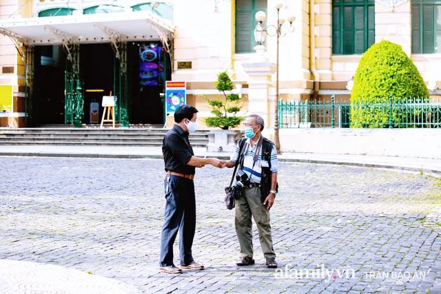 Ông thợ chụp hơn 30 năm đứng chờ ở Bưu điện TP lao đao vì Sài Gòn vào dịch, chạnh lòng 20 nghìn một bức ảnh kỳ công cũng không bằng cái nút trên điện thoại - Ảnh 15.