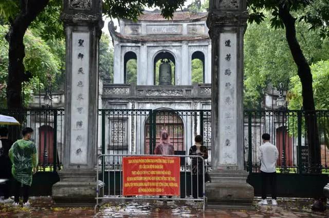 Cận cảnh các sĩ tử đội mưa to vái vọng ở Văn Miếu trước kỳ thi THPT - Ảnh 3.