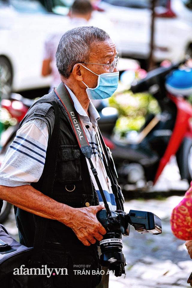 Ông thợ chụp hơn 30 năm đứng chờ ở Bưu điện TP lao đao vì Sài Gòn vào dịch, chạnh lòng 20 nghìn một bức ảnh kỳ công cũng không bằng cái nút trên điện thoại - Ảnh 3.