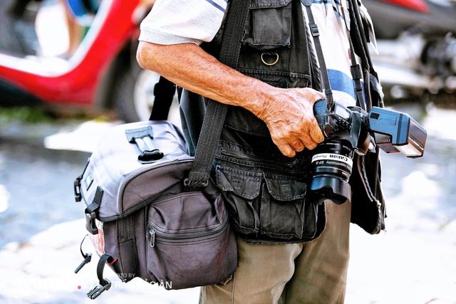 Ông thợ chụp hơn 30 năm đứng chờ ở Bưu điện TP lao đao vì Sài Gòn vào dịch, chạnh lòng 20 nghìn một bức ảnh kỳ công cũng không bằng cái nút trên điện thoại - Ảnh 4.