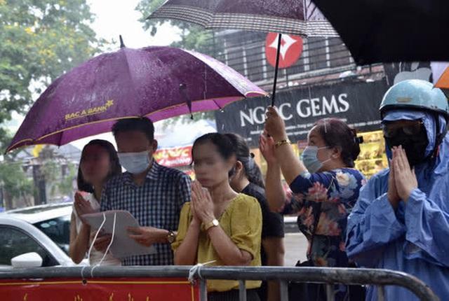 Cận cảnh các sĩ tử đội mưa to vái vọng ở Văn Miếu trước kỳ thi THPT - Ảnh 5.