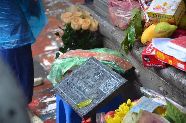 Cận cảnh các sĩ tử đội mưa to vái vọng ở Văn Miếu trước kỳ thi THPT - Ảnh 6.