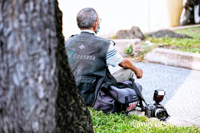 Ông thợ chụp hơn 30 năm đứng chờ ở Bưu điện TP lao đao vì Sài Gòn vào dịch, chạnh lòng 20 nghìn một bức ảnh kỳ công cũng không bằng cái nút trên điện thoại - Ảnh 6.