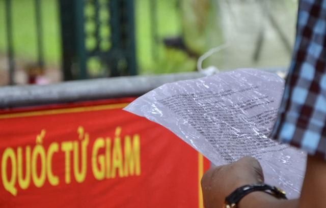 Cận cảnh các sĩ tử đội mưa to vái vọng ở Văn Miếu trước kỳ thi THPT - Ảnh 8.