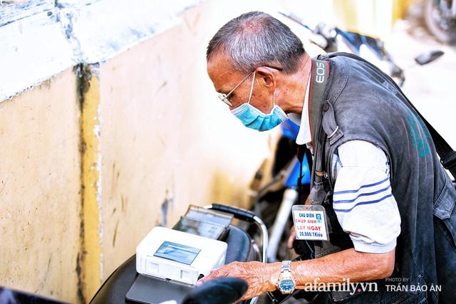 Ông thợ chụp hơn 30 năm đứng chờ ở Bưu điện TP lao đao vì Sài Gòn vào dịch, chạnh lòng 20 nghìn một bức ảnh kỳ công cũng không bằng cái nút trên điện thoại - Ảnh 8.