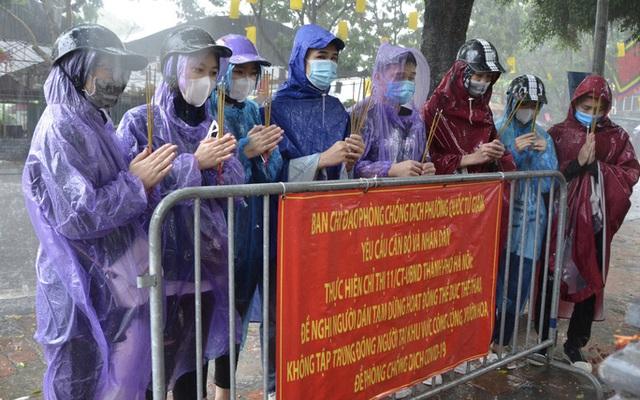 Cận cảnh các sĩ tử đội mưa to vái vọng ở Văn Miếu trước kỳ thi THPT - Ảnh 9.