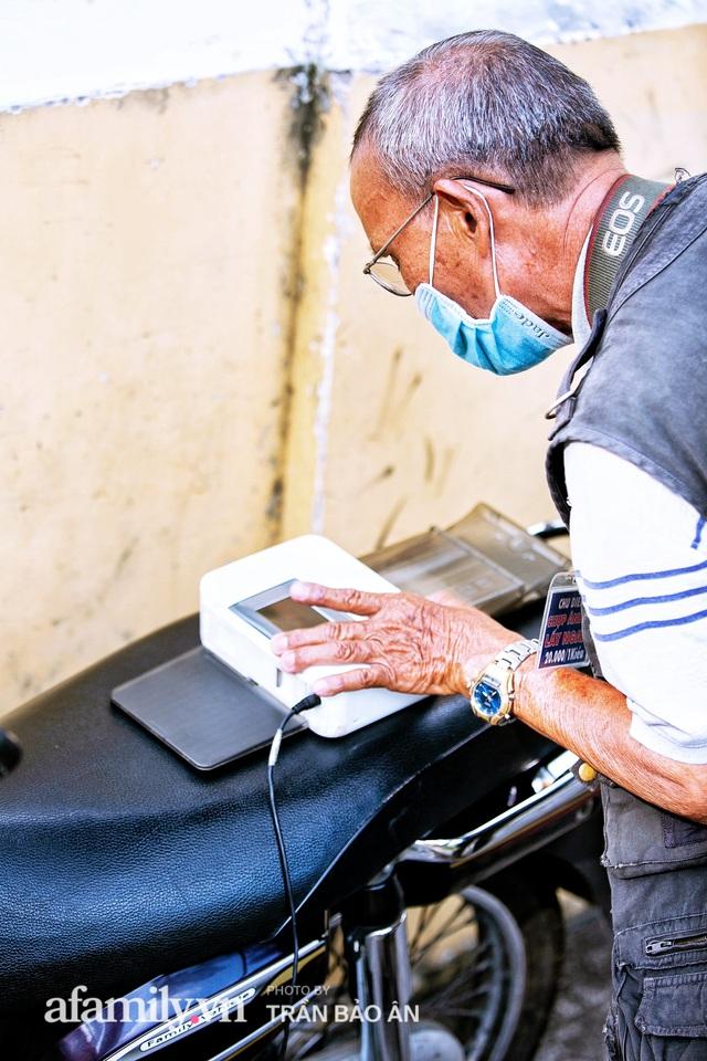 Ông thợ chụp hơn 30 năm đứng chờ ở Bưu điện TP lao đao vì Sài Gòn vào dịch, chạnh lòng 20 nghìn một bức ảnh kỳ công cũng không bằng cái nút trên điện thoại - Ảnh 9.