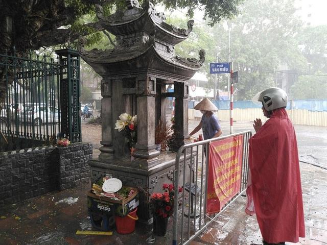 Cận cảnh các sĩ tử đội mưa to vái vọng ở Văn Miếu trước kỳ thi THPT - Ảnh 10.