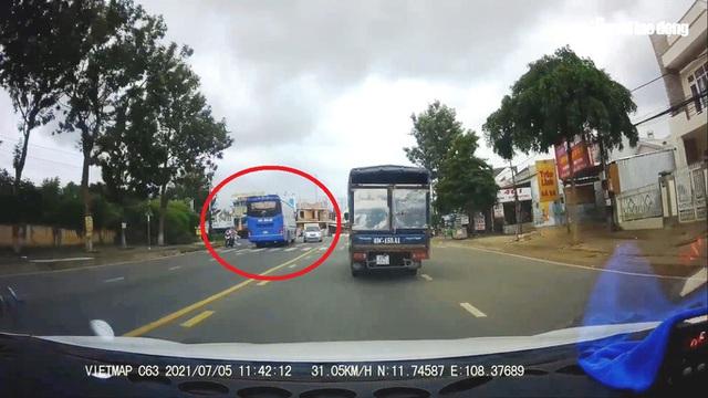 Clip: Xe khách vượt ẩu kinh hoàng khiến nhiều người thót tim ở Lâm Đồng  - Ảnh 3.