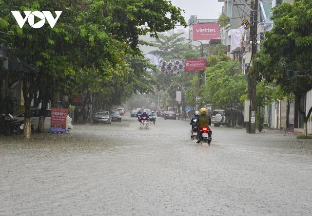 Mưa lớn, nhiều tuyến đường ở thành phố Điện Biên Phủ lại ngập - Ảnh 1.