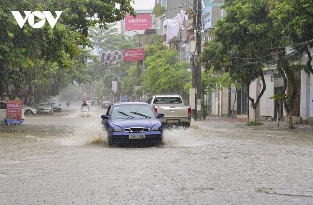 Mưa lớn, nhiều tuyến đường ở thành phố Điện Biên Phủ lại ngập - Ảnh 2.