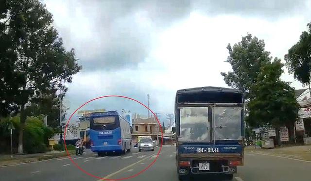 Clip: Xe khách vượt ẩu kinh hoàng khiến nhiều người thót tim ở Lâm Đồng  - Ảnh 4.
