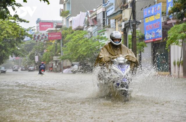 Mưa lớn, nhiều tuyến đường ở thành phố Điện Biên Phủ lại ngập - Ảnh 3.