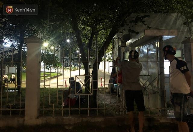 Ca dương tính SARS-CoV-2 mới tại Hà Nội: Công nhân chờ xét nghiệm xuyên đêm, nhiều người trò chuyện quên đeo khẩu trang - Ảnh 4.