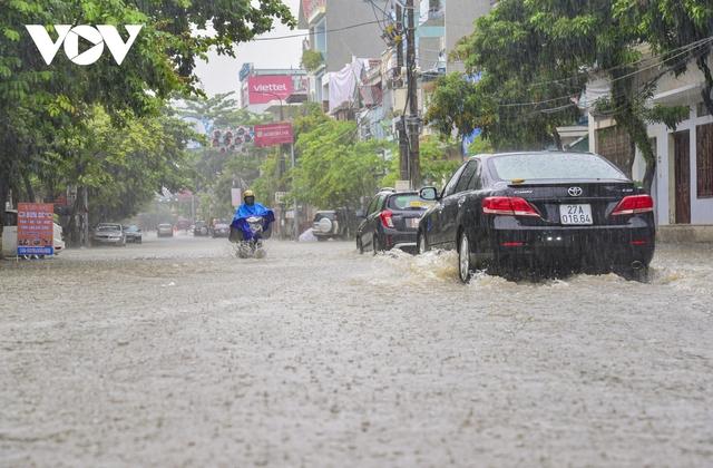 Mưa lớn, nhiều tuyến đường ở thành phố Điện Biên Phủ lại ngập - Ảnh 4.