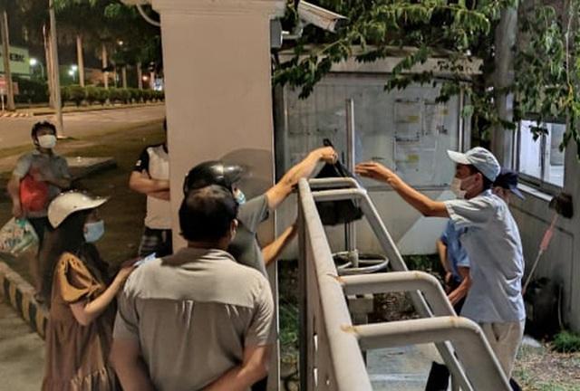 Ca dương tính SARS-CoV-2 mới tại Hà Nội: Công nhân chờ xét nghiệm xuyên đêm, nhiều người trò chuyện quên đeo khẩu trang - Ảnh 5.
