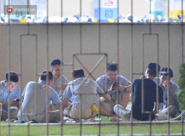 Ca dương tính SARS-CoV-2 mới tại Hà Nội: Công nhân chờ xét nghiệm xuyên đêm, nhiều người trò chuyện quên đeo khẩu trang - Ảnh 10.