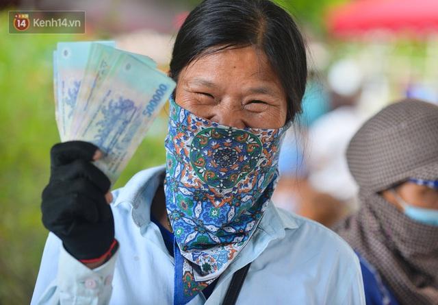 Ảnh: Niềm vui của những công nhân thu gom rác đầu tiên được trả nợ lương - Ảnh 10.
