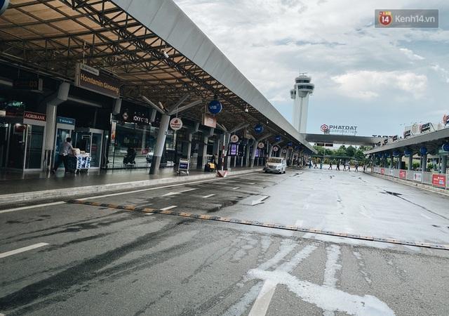 Cận cảnh sân bay Tân Sơn Nhất đìu hiu, vắng lặng chưa từng có khi dịch Covid-19 bùng phát lần thứ 4 - Ảnh 2.