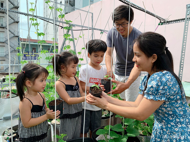 Khu vườn xanh tươi trên mái nhà và bí quyết đáng học hỏi của mẹ 3 con ở Sài Gòn - Ảnh 1.