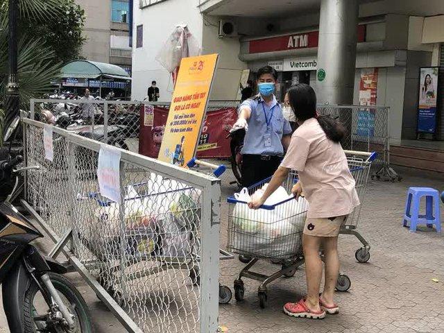 TP HCM: Siêu thị khẳng định hàng hóa dồi dào, người dân chớ sốt ruột  - Ảnh 2.