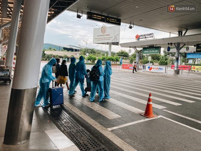 Cận cảnh sân bay Tân Sơn Nhất đìu hiu, vắng lặng chưa từng có khi dịch Covid-19 bùng phát lần thứ 4 - Ảnh 11.