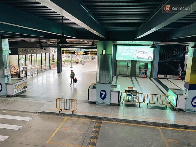 Cận cảnh sân bay Tân Sơn Nhất đìu hiu, vắng lặng chưa từng có khi dịch Covid-19 bùng phát lần thứ 4 - Ảnh 14.