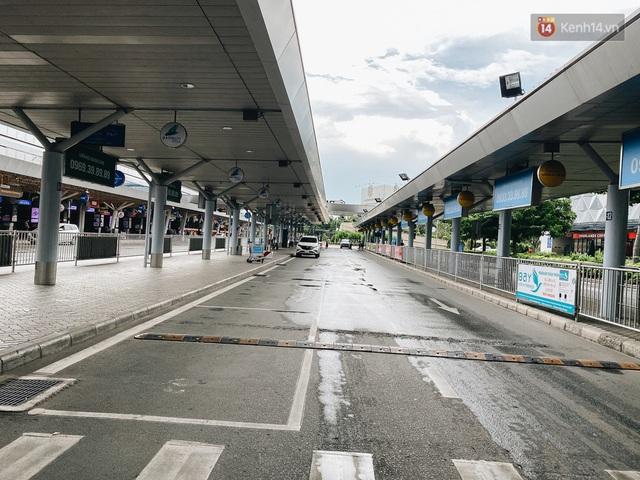 Cận cảnh sân bay Tân Sơn Nhất đìu hiu, vắng lặng chưa từng có khi dịch Covid-19 bùng phát lần thứ 4 - Ảnh 3.