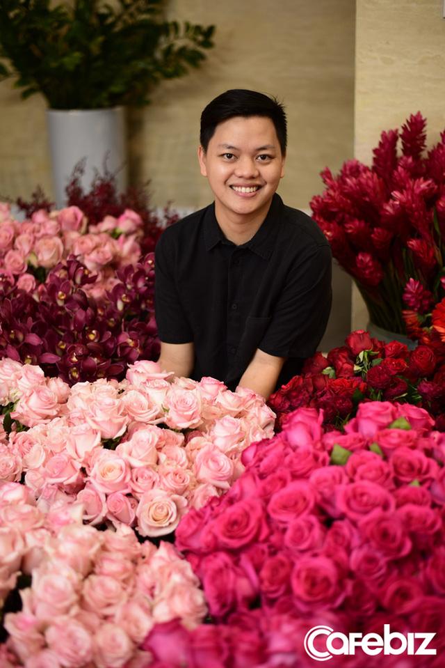 8 tuổi đi bẻ bắp thuê, chàng trai nghèo thành nghệ sĩ được Forbes vinh danh: Người Việt đầu tiên gia nhập hiệp hội Thiết kế Hoa Hoa Kỳ, thu cả tỷ đồng/tháng nhờ hoa lá - Ảnh 3.