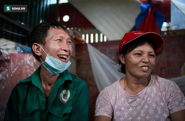 Vợ chồng 10 năm dựng lán làm nhà, bị nợ lương vẫn bám trụ với nghề quét rác, lý do khiến nhiều người đỏ mặt - Ảnh 3.