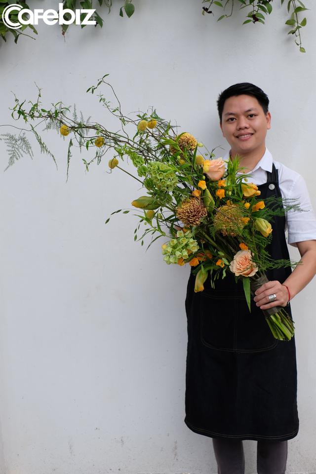 8 tuổi đi bẻ bắp thuê, chàng trai nghèo thành nghệ sĩ được Forbes vinh danh: Người Việt đầu tiên gia nhập hiệp hội Thiết kế Hoa Hoa Kỳ, thu cả tỷ đồng/tháng nhờ hoa lá - Ảnh 4.