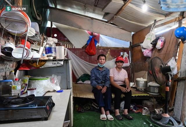 Vợ chồng 10 năm dựng lán làm nhà, bị nợ lương vẫn bám trụ với nghề quét rác, lý do khiến nhiều người đỏ mặt - Ảnh 4.