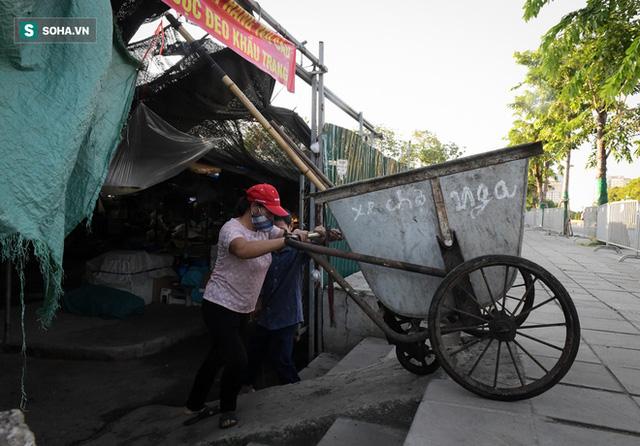 Vợ chồng 10 năm dựng lán làm nhà, bị nợ lương vẫn bám trụ với nghề quét rác, lý do khiến nhiều người đỏ mặt - Ảnh 5.