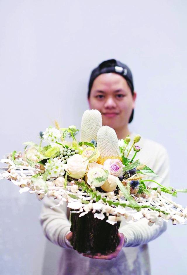 8 tuổi đi bẻ bắp thuê, chàng trai nghèo thành nghệ sĩ được Forbes vinh danh: Người Việt đầu tiên gia nhập hiệp hội Thiết kế Hoa Hoa Kỳ, thu cả tỷ đồng/tháng nhờ hoa lá - Ảnh 7.