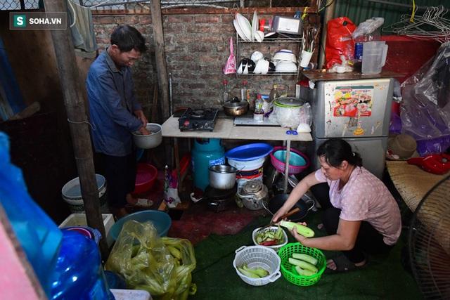 Vợ chồng 10 năm dựng lán làm nhà, bị nợ lương vẫn bám trụ với nghề quét rác, lý do khiến nhiều người đỏ mặt - Ảnh 7.