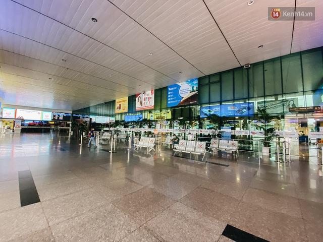 Cận cảnh sân bay Tân Sơn Nhất đìu hiu, vắng lặng chưa từng có khi dịch Covid-19 bùng phát lần thứ 4 - Ảnh 7.