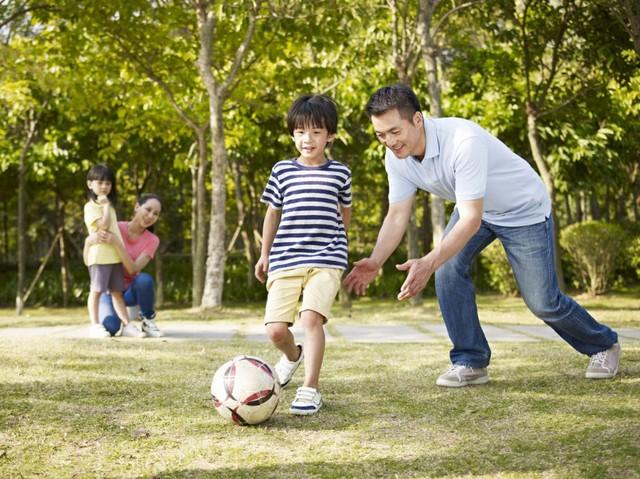 Cha mẹ thấp lùn, con có cao được không? Chuyên gia dinh dưỡng nhấn mạnh yếu tố giúp con sở hữu đôi chân dài ai ai cũng mơ ước  - Ảnh 2.