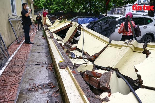 Bức tường đổ sập trong mưa đè bẹp 13 xe ô tô - Ảnh 3.