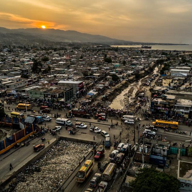 Nợ khủng tròng cổ 122 năm, 60% dân số kiếm được 2USD/ngày: Tại sao Haiti nghèo đến tuyệt vọng? - Ảnh 1.